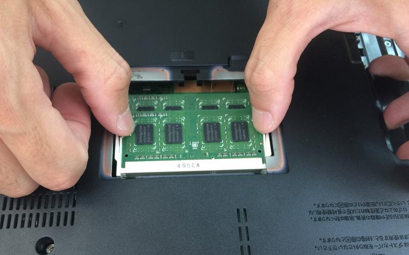 メモリーを固定しているコネクタの両端部分を左右に押し広げる(わかりやすい図解)