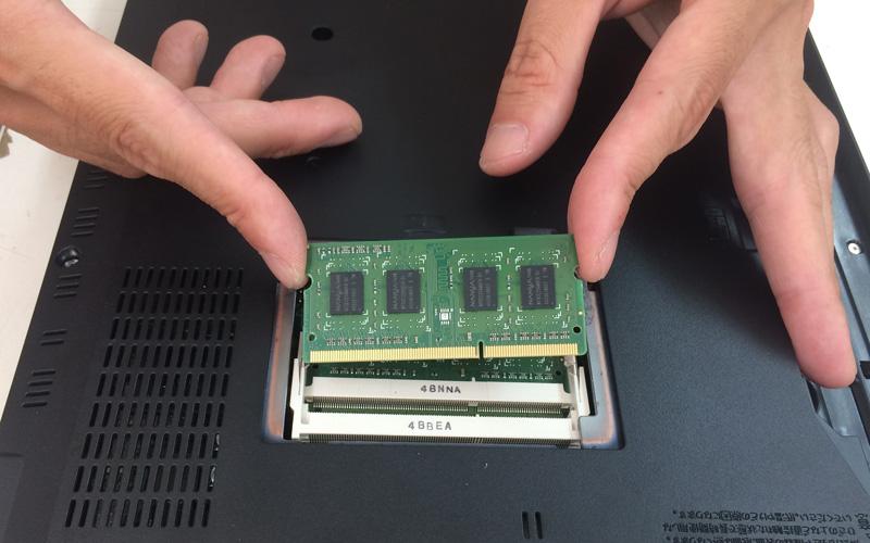 メモリー上の部品やハンダ付け面には、手を触れないよう注意し、引き抜くときは、両端面をつかんで引き抜いてください。